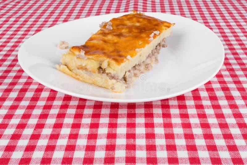 Download Kartoflany Kulebiak Na Białym Talerzu Zdjęcie Stock - Obraz złożonej z olej, odżywczy: 42525224