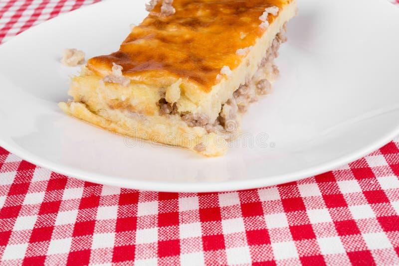 Download Kartoflany Kulebiak Na Białym Talerzu Zdjęcie Stock - Obraz złożonej z special, sadło: 42525280