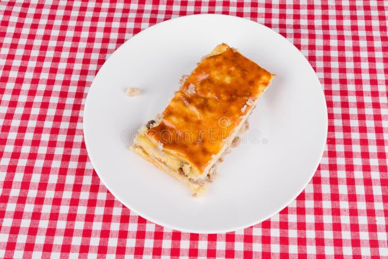 Download Kartoflany Kulebiak Na Białym Talerzu Obraz Stock - Obraz złożonej z kuchnia, grula: 42525285