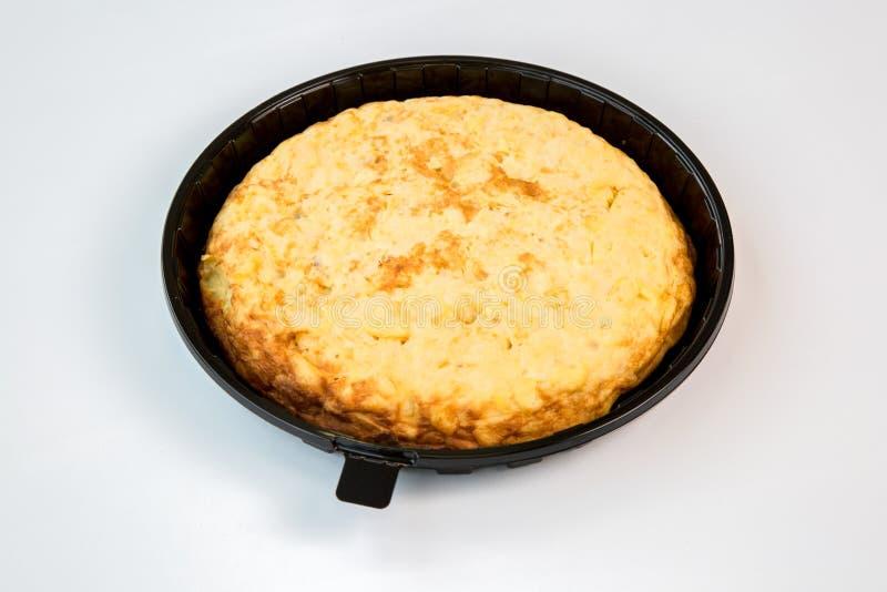 Kartoflany omlet na czarnej tacy z białym tłem fotografia royalty free