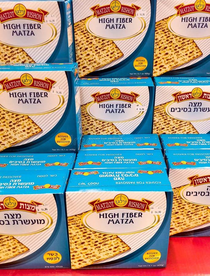 Kartonów pudełka Wysoki włókno Matza dla Passover, sprzedający przy supermarketem fotografia royalty free
