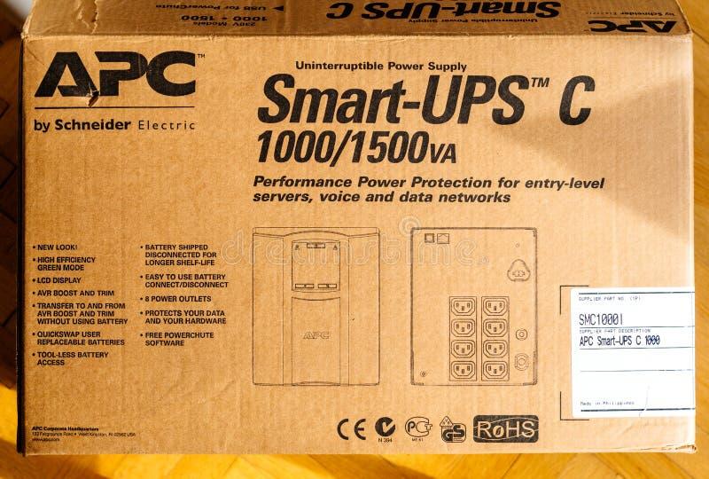 Karton het unboxing van APC slim-UPS C 1000VA LCD 230V onderneming stock fotografie
