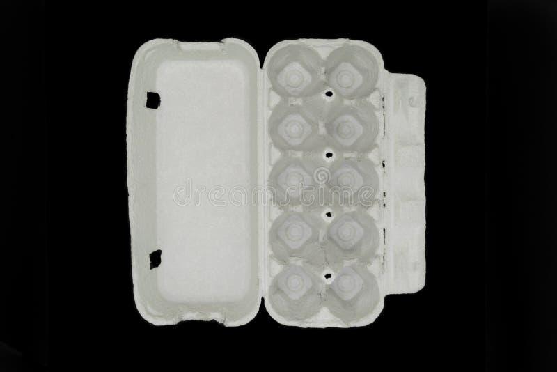 Karton pusta taca dla dziesięć kawałków jajek odizolowywających na czarnym tle obraz royalty free