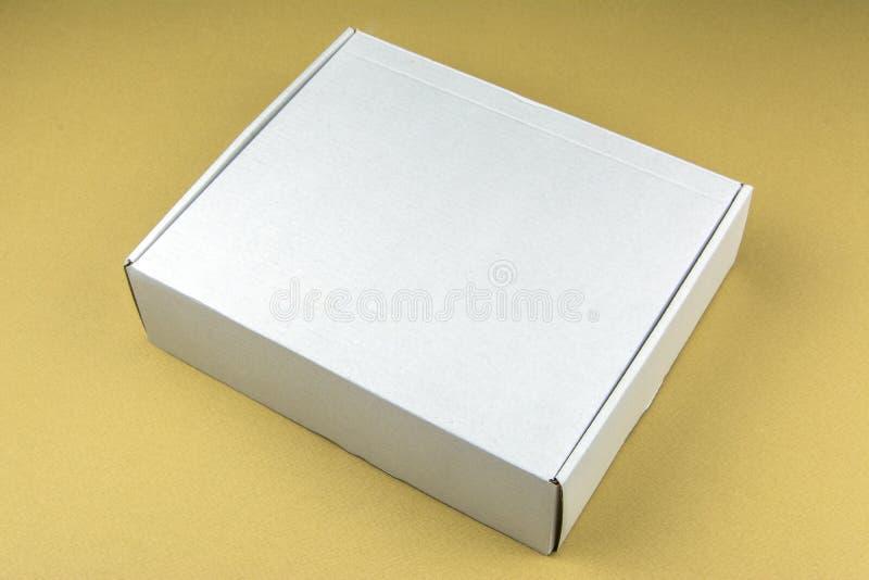 Karton witte doos op beige achtergrond Verpakkingsdoos in voorraad stock afbeeldingen