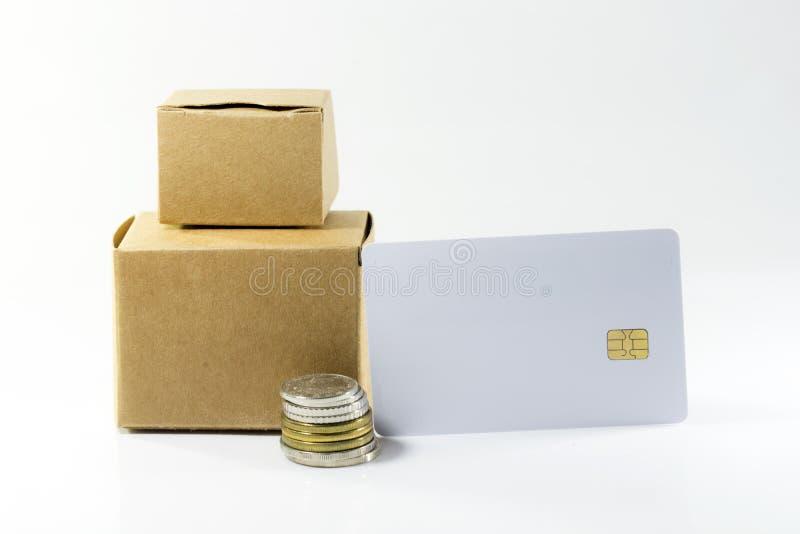 Kartondoos met muntstukken en lege kaart stock foto's