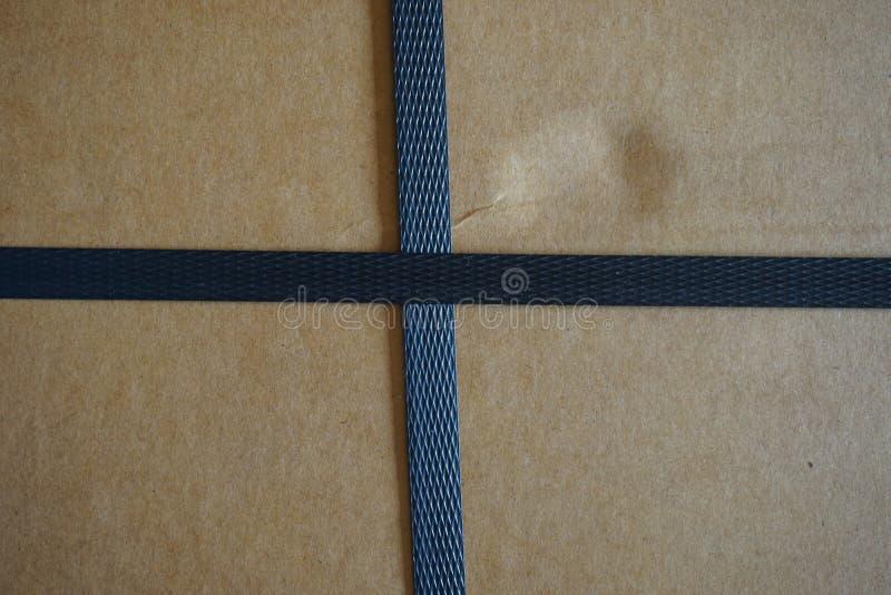 Kartondoos met riemen stock fotografie