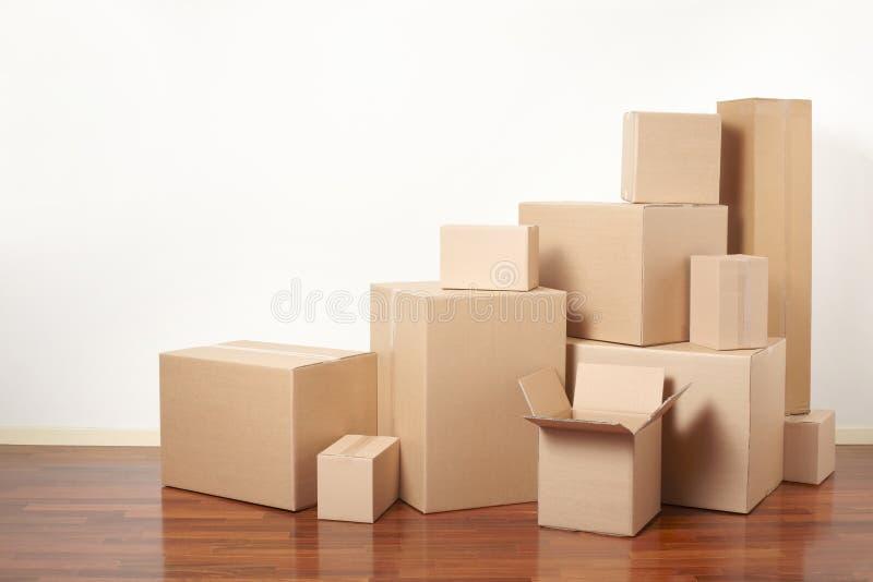 Kartondozen in flat, bewegende dag stock foto's