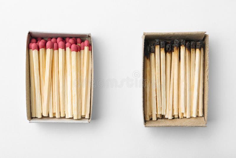 Kartondozen met gehele en gebrande gelijken op witte achtergrond royalty-vrije stock foto