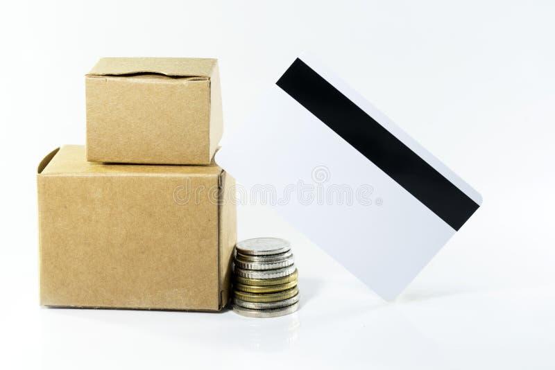 Kartondozen met muntstukken en lege kaart op geïsoleerd wit royalty-vrije stock foto