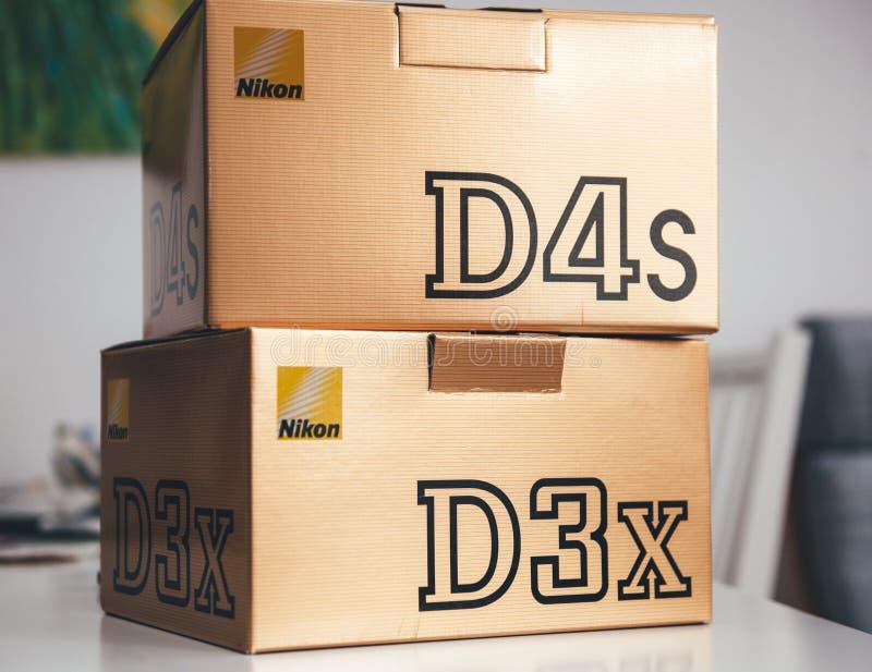 Kartondozen met Nikon D3x en D4s royalty-vrije stock afbeeldingen