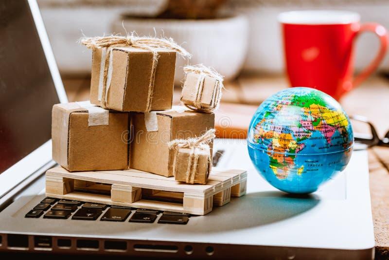 Kartondozen op computer als online het winkelen logistiekconcept stock fotografie