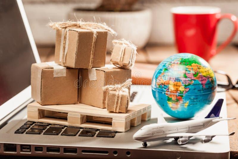 Kartondozen op computer als online het winkelen logistiekconcept royalty-vrije stock afbeelding