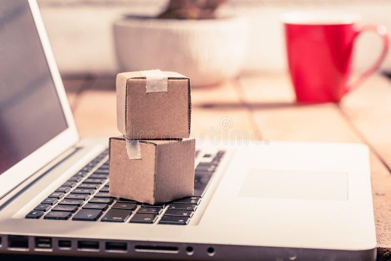 Kartondozen op computer als online het winkelen logistiekconcept royalty-vrije stock fotografie