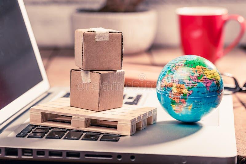 Kartondozen op computer als online het winkelen logistiekconcept royalty-vrije stock afbeeldingen
