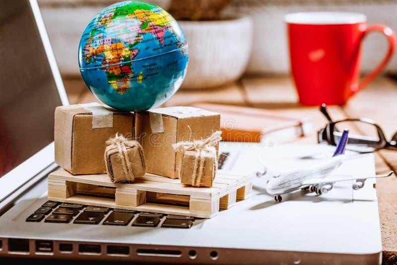 Kartondozen op computer als online het winkelen logistiekconcept stock foto's