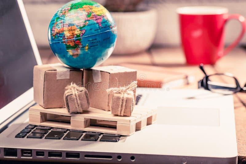 Kartondozen op computer als online het winkelen logistiekconcept stock afbeelding