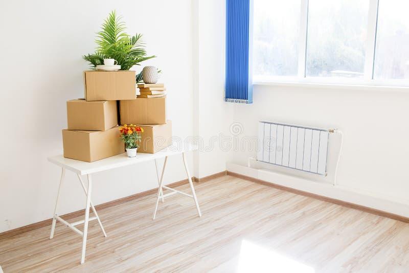 Kartonger - flytta sig till ett nytt hus arkivfoton