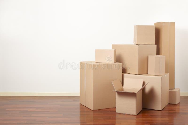 Kartonger i lägenheten, röra dag royaltyfria bilder