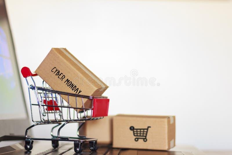 Kartonkasten mit Cybermontag-Wort und Einkaufswagen auf Computer On-line-Einkaufen, E-Commerce-Konzept lizenzfreie stockfotografie