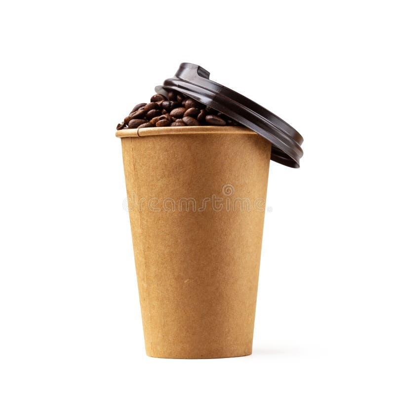 Kartonkop met koffiebonen die wordt gevuld Geïsoleerde royalty-vrije stock foto's