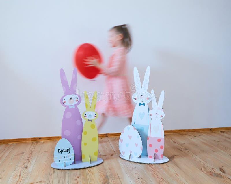 Kartonowi Wielkanocni króliki Wielkanocny wystrój dla przyjęcia Ekranowy skutek fotografia royalty free