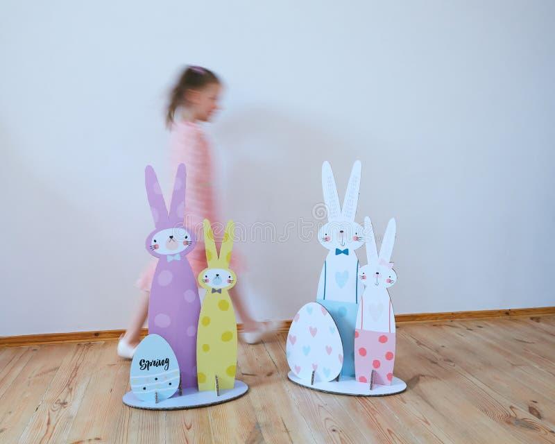 Kartonowi Wielkanocni króliki Wielkanocny wystrój dla przyjęcia Ekranowy skutek zdjęcie stock