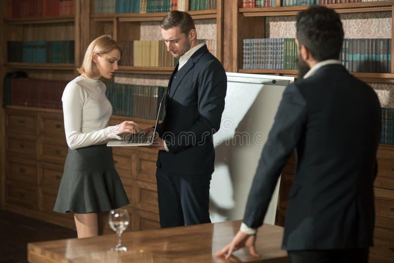 kartonowy pojęcie target3023_1_ świecącego mężczyzna oceny papieru problemową pytania powierzchnię Ludzie biznesu pracy na proble fotografia stock