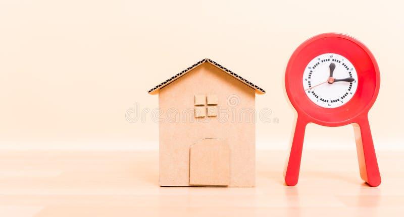 Kartonu papieru modela dom i czerwień zegar obraz stock