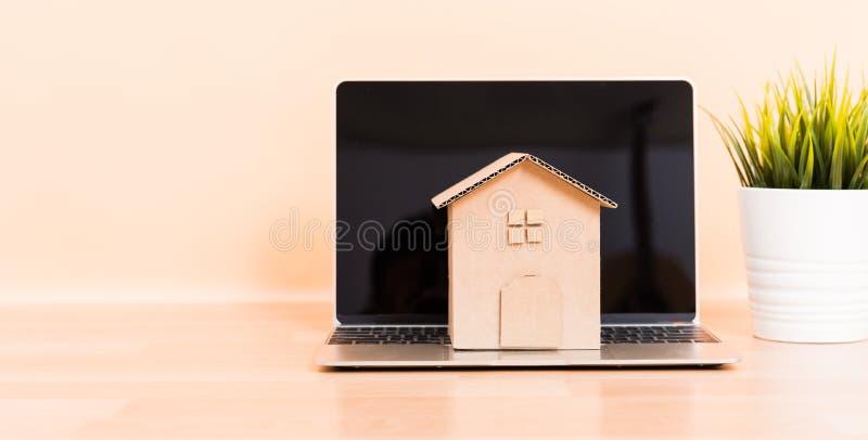 Kartonu papieru modela domowy i komputerowy laptop obrazy royalty free
