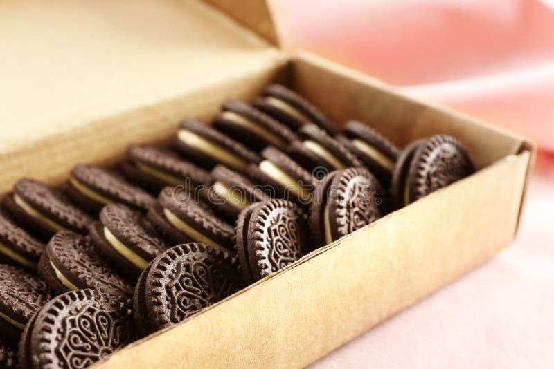 Kartonu pudełko z wyśmienicie czekoladowymi ciastkami na światło powierzchni zdjęcia royalty free
