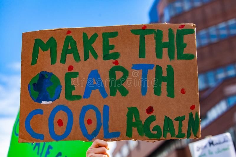 Kartonu znak przy ekologicznym wiecem fotografia stock