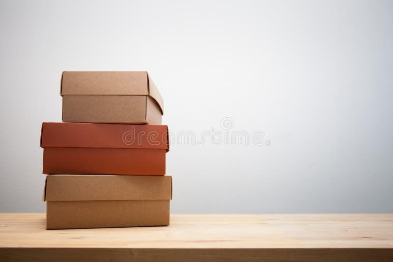 Kartonvakjes op de houten lijst stock afbeeldingen