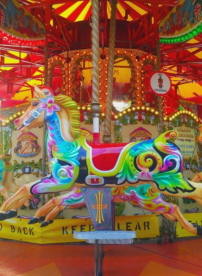 Karusell karusell, färgrik häst royaltyfri foto