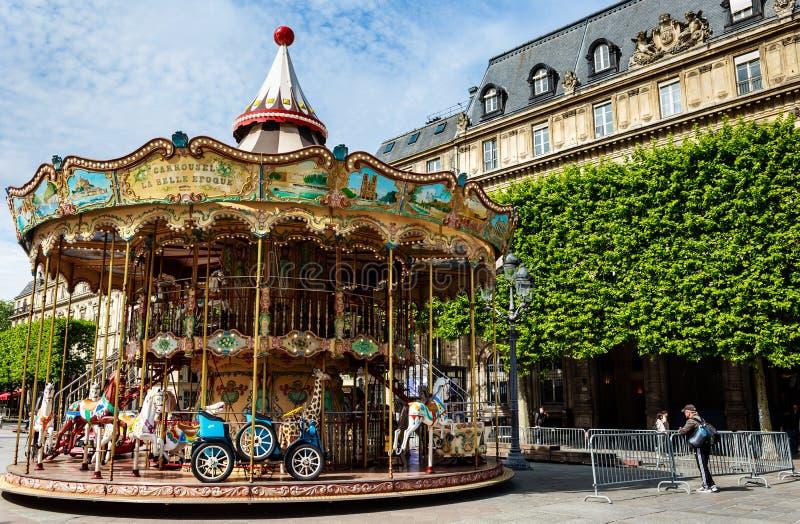 Karusell i fyrkanten nedanför Hotell de Ville, Paris arkivbilder