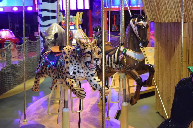 Karusell med geparden Seat på karusell arkivfoton
