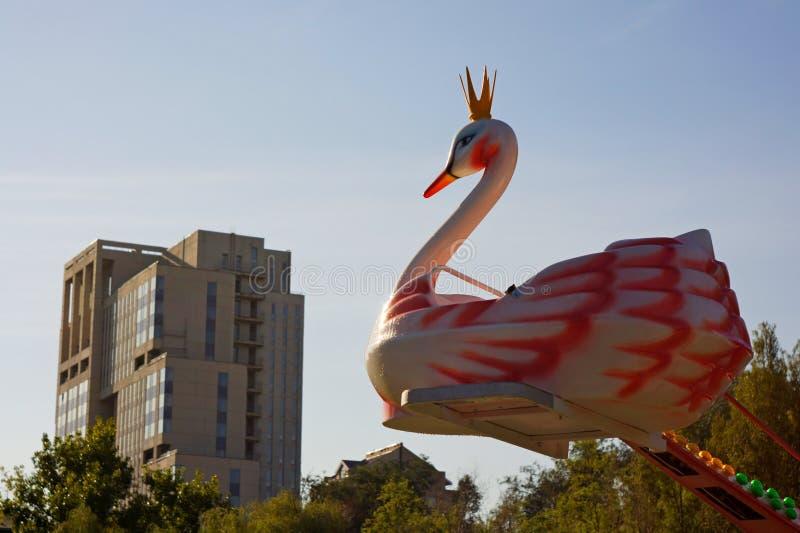 Karusell med svanar i parkera som tas mot himlen fotografering för bildbyråer