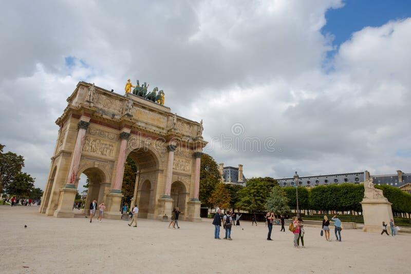 Karusellbåge av Triumph som sammanfogar Louvreborggården till de Tuileries trädgårdarna i Paris, Frankrike royaltyfri foto