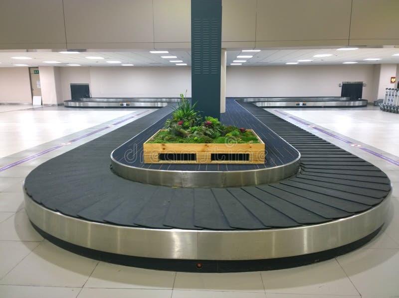 Karusellbagaget i flygplats royaltyfri bild