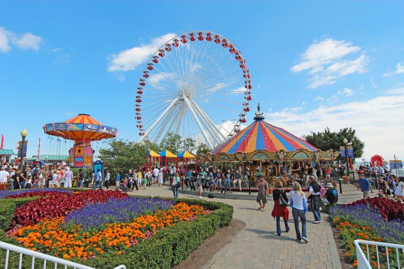 Karusellen, ferrishjulet och annat rider på marinpir, Chicago; royaltyfria bilder