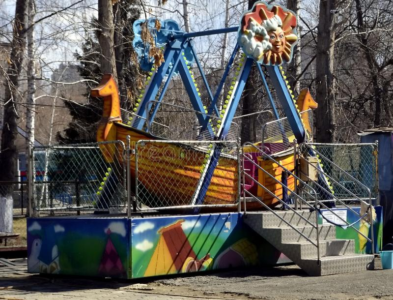 Karusellen i parkera är klar för sommarsäsongen royaltyfri fotografi