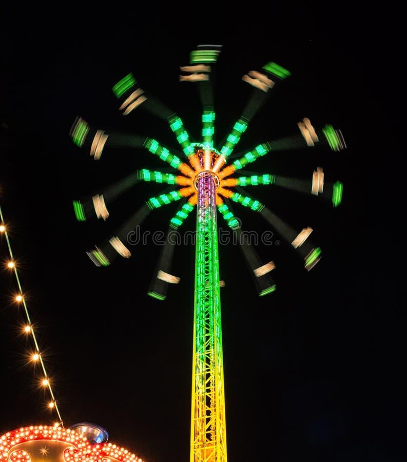 Karusellstjärnareklamblad i natten royaltyfri foto