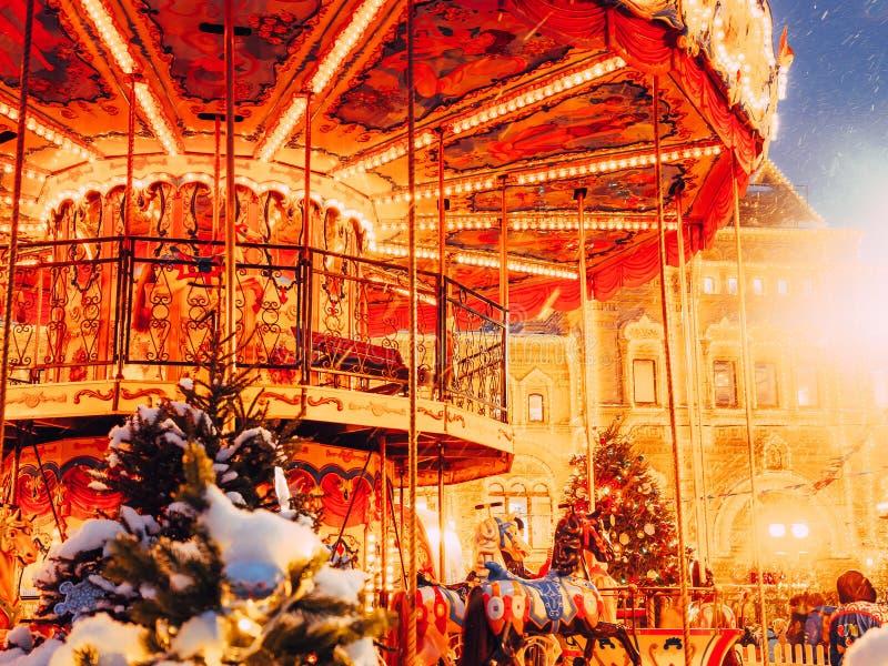 Karussell auf dem Roten Platz verziert und für Weihnachtsneues Jahr vereinbart Weihnachten angemessen Fabelhaftes leuchtendes Kar lizenzfreie stockbilder