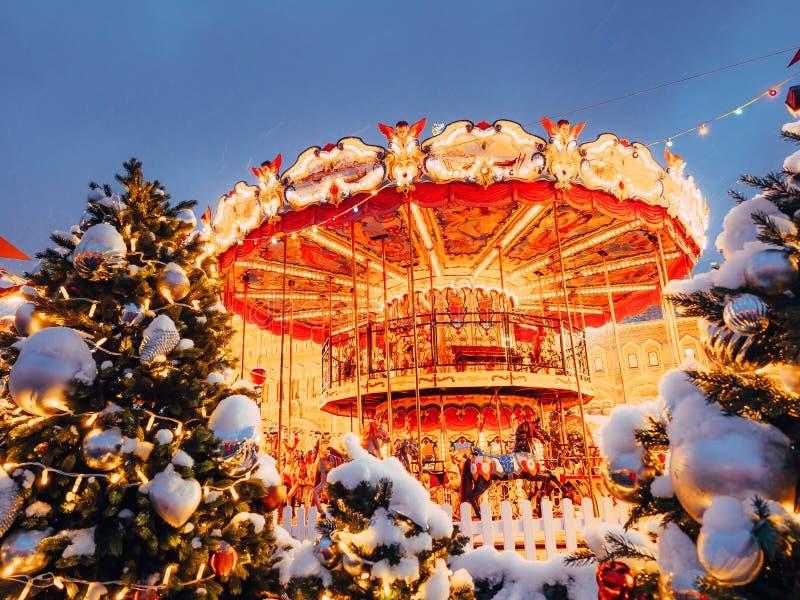 Karussell auf dem Roten Platz verziert und für Weihnachtsneues Jahr vereinbart Weihnachten angemessen Fabelhaftes leuchtendes Kar stockbilder
