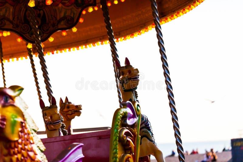 Karussell mit schönen Lichtern Kinderunterhaltung und Freudenkonzept mit Karussell stockfoto