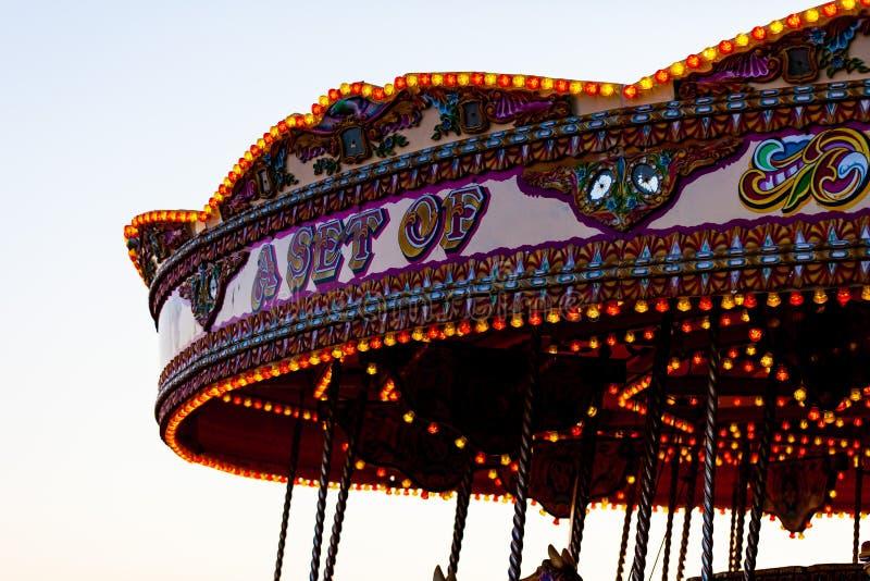 Karussell mit schönen Lichtern Kinderunterhaltung und Freudenkonzept mit Karussell stockfotografie