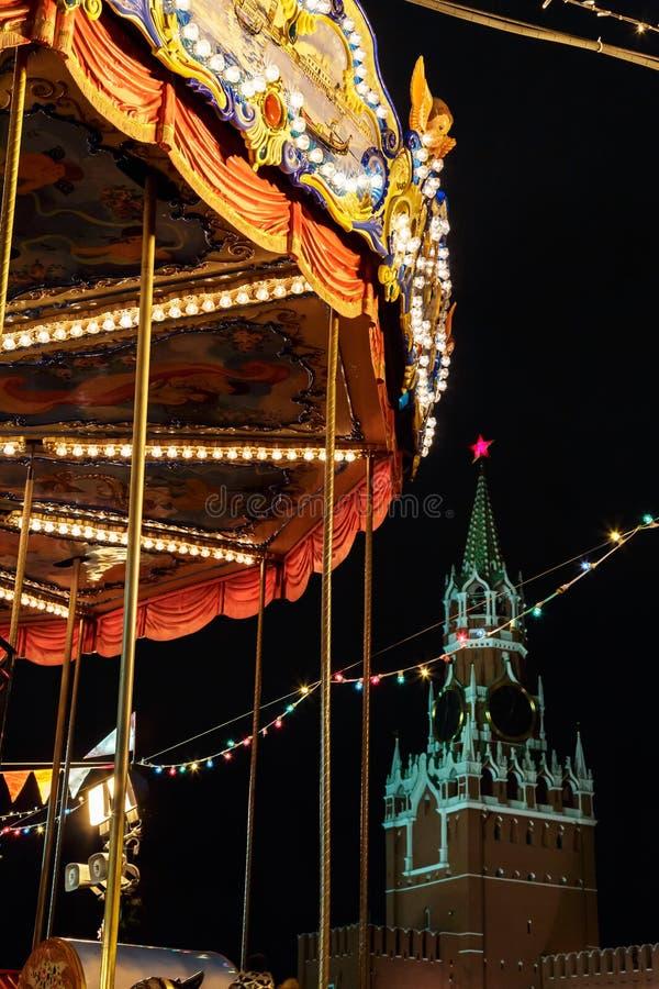 Karussell und Moskau der Kreml am Weihnachten und am neuen Jahr stockfotos