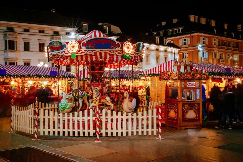 Karussell am Weihnachtsmarkt, Vipiteno, Bozen, Trentino Alto Adige, Italien stockbild