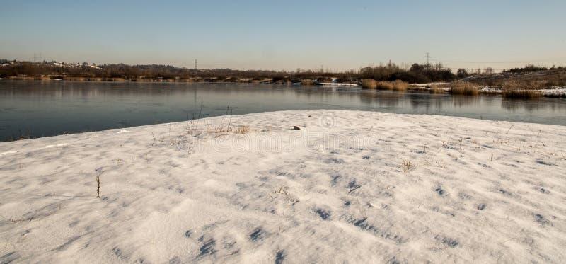 Karvinske mehr See nahe Karvina-Stadt in der Tschechischen Republik während des Wintertages mit Schnee und klarem Himmel lizenzfreies stockfoto