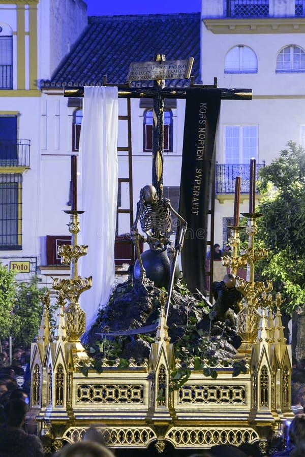 Karwoche in Sevilla, allegorisch vom Santa- Cruztriumph über Tod, der Eckzahn stockfotos