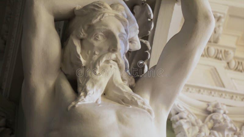 Karyatideskulptur des Steinmarmormannes caryatid Alte männliche Statue des menschlichen perfekten Körpers lizenzfreie stockfotografie
